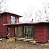يتميّز McGlasson weeHouse بشرفة رائعة على السطح، مع إطلالات خلّابة على الغابة، وبسعرٍ أقل بكثير من 200,000$ دولار – لذا يُمكن القول أنّه منزل الأحلام! إذ لا يمثّل الطلاء الخارجيّ الأحمر الساحر فيه إلّا مقدّمة للمزايا الجميلة التي يتمتّع بها هذا المسكن الصغير. حيث يضمّ أيضاً مطبخاً عصريّاً، ونوافذ ضخمة، وإطلالات بانوراميّة على الأشجار دائمة الخضرة من منصّته الخلفيّة المفتوحة.
