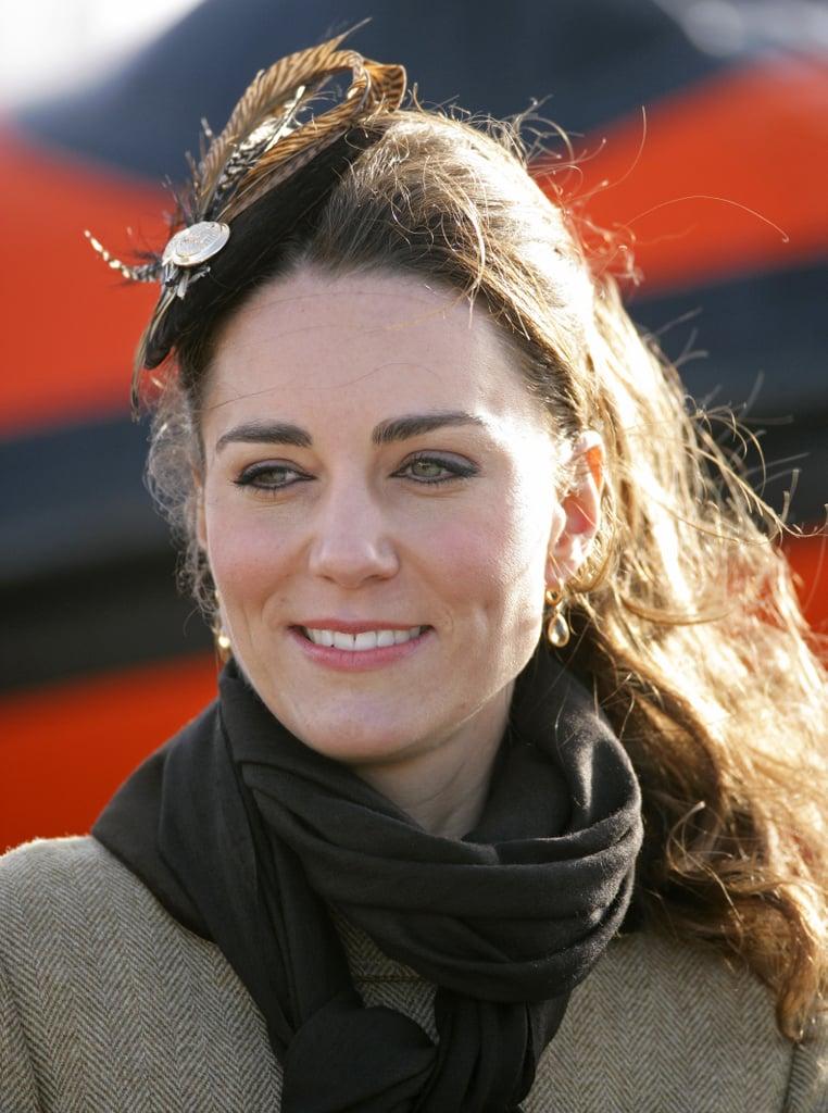 قطعة الريش التي تزيّن الشعر أتمّت إطلالة كيت في حدثٍ حضرته عام 2011.