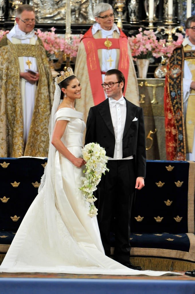 Her veil dates back to 1932, and she wore the Cameo Tiara, a | Crown ...