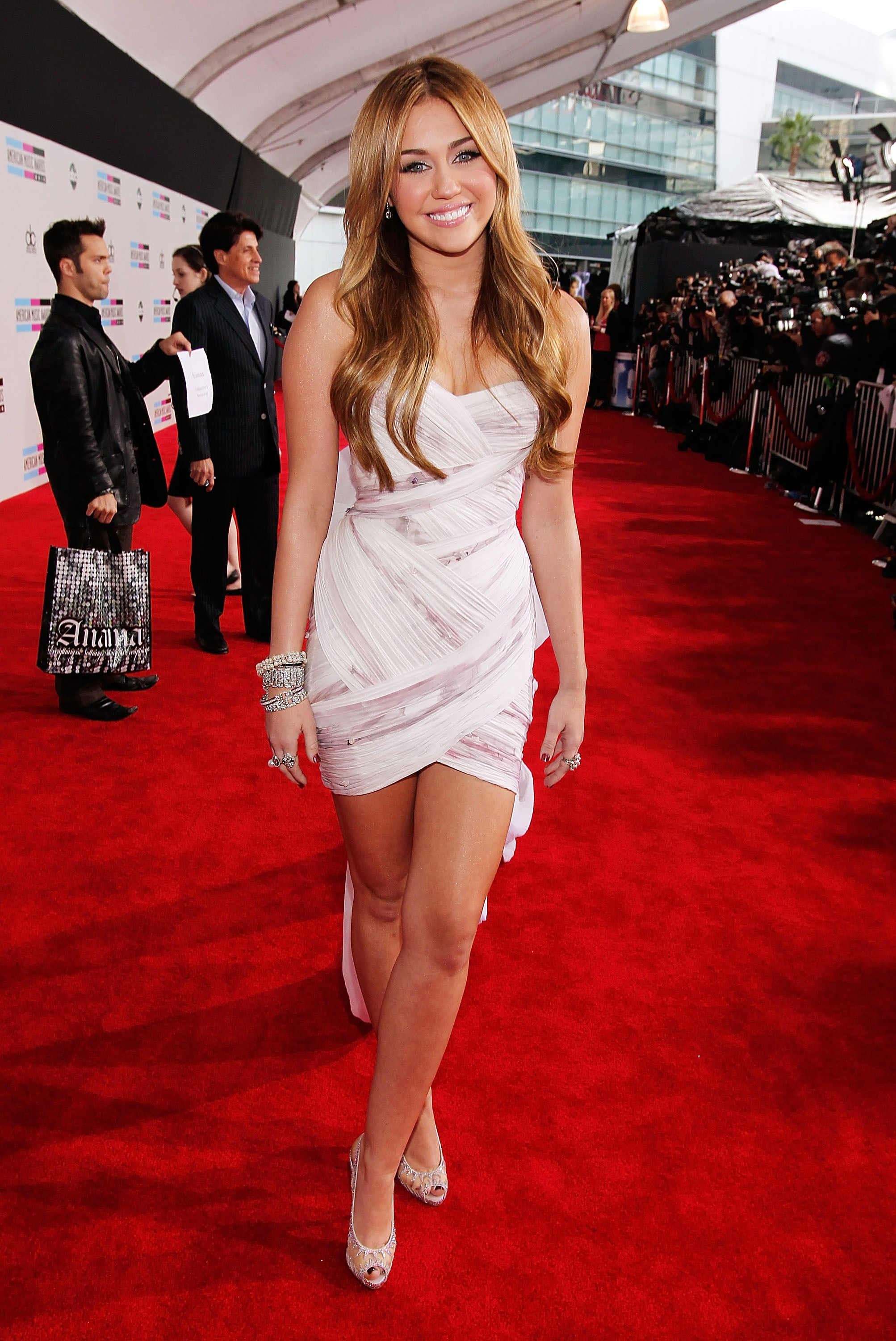 Miley Cyrus in Short White Dress at the 2010 American Music Awards ...