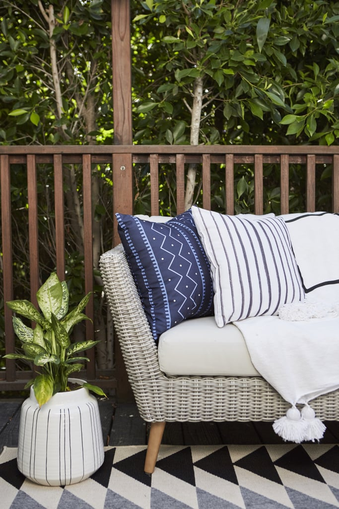 Most people think of accent decor as an inside-only design feature, but layers of pillows, blankets, and area rugs are just the thing to make your outdoor space feel like a cosy extension of your living room.