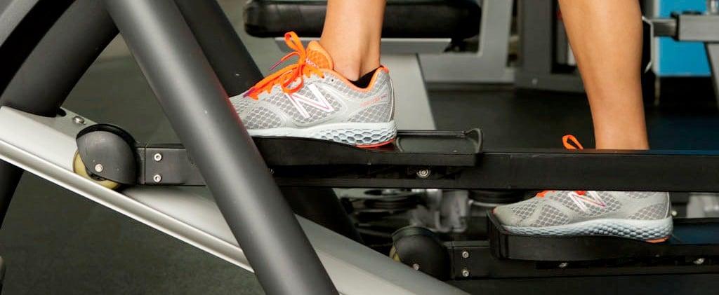 تدريبات القوة وآلة التمرين البيضاوية في النادي الرياضية