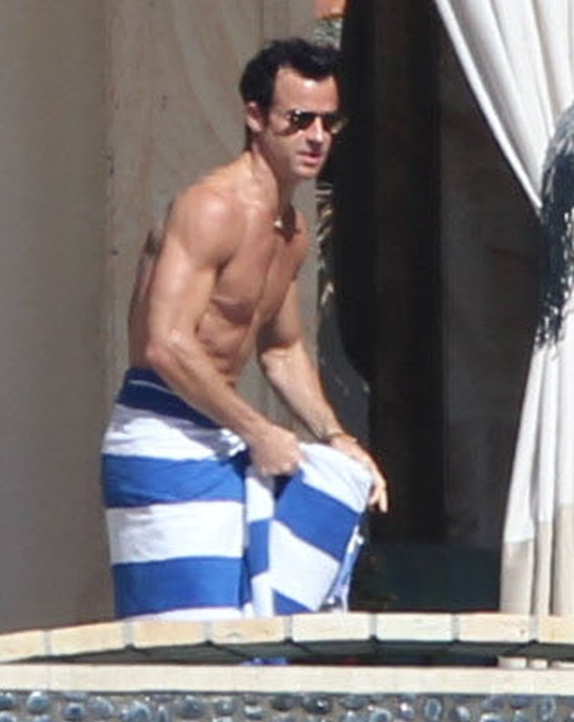 Justin Theroux wrapped himself up in a towel.
