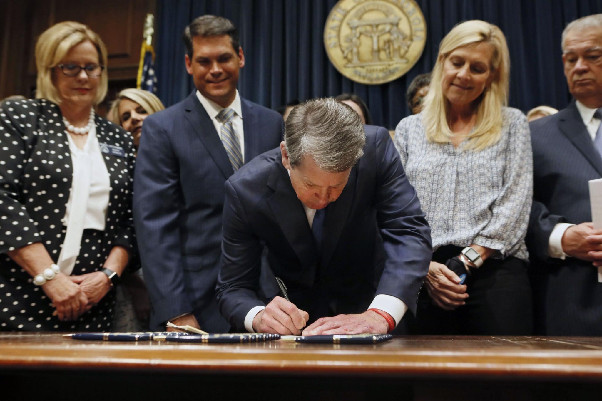 El gobernador de Georgia, Brian Kemp, promulga una propuesta de ley el martes 7 de mayo de 2019 en Atlanta, la cual prohíbe que se realice un aborto una vez que se pueda detectar el latido fetal, que puede ocurrir a las seis semanas del embarazo. (Bob Andres/Atlanta Journal-Constitution via AP)