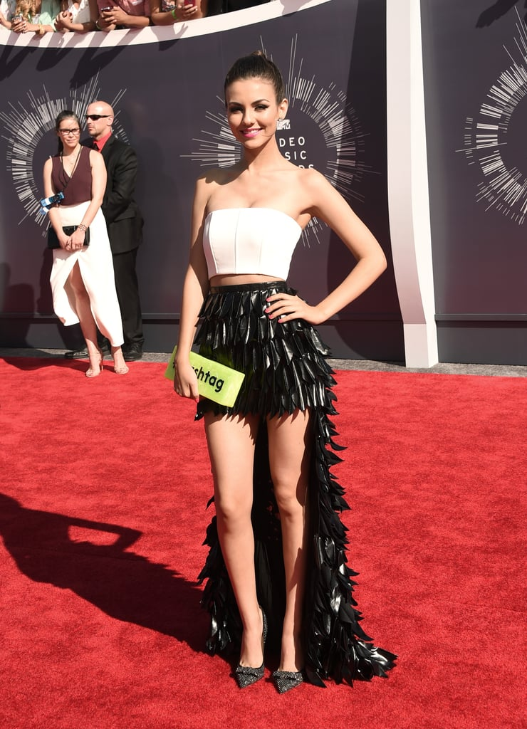 victoria justice in lublu kira plastinina and carrying an edie parker clutch at the mtv
