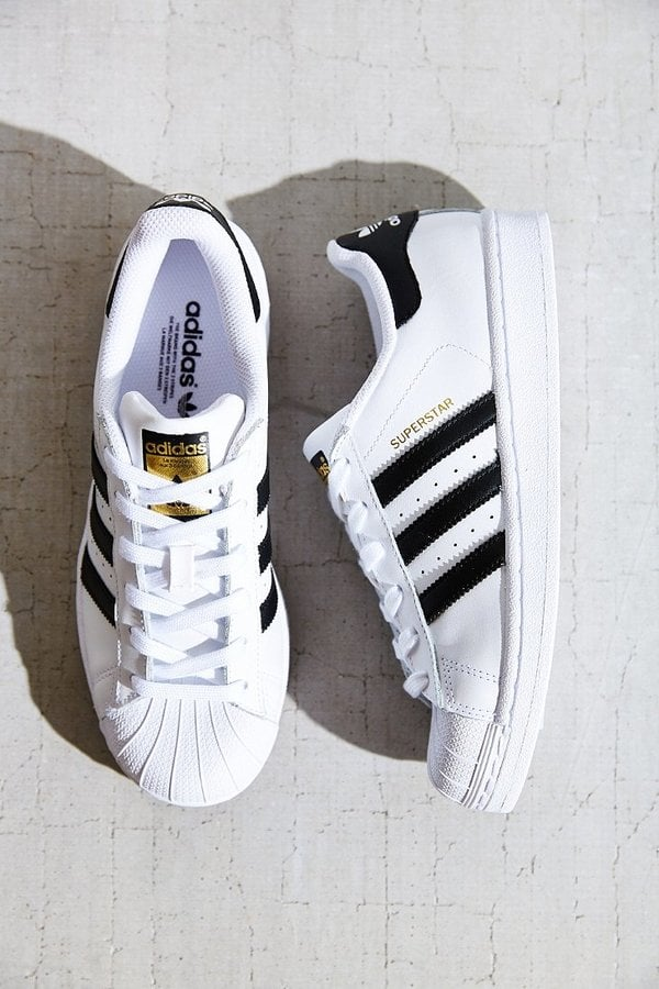Scarpe da ginnastica adidas superstar - regali per gli adolescenti popsugar medio