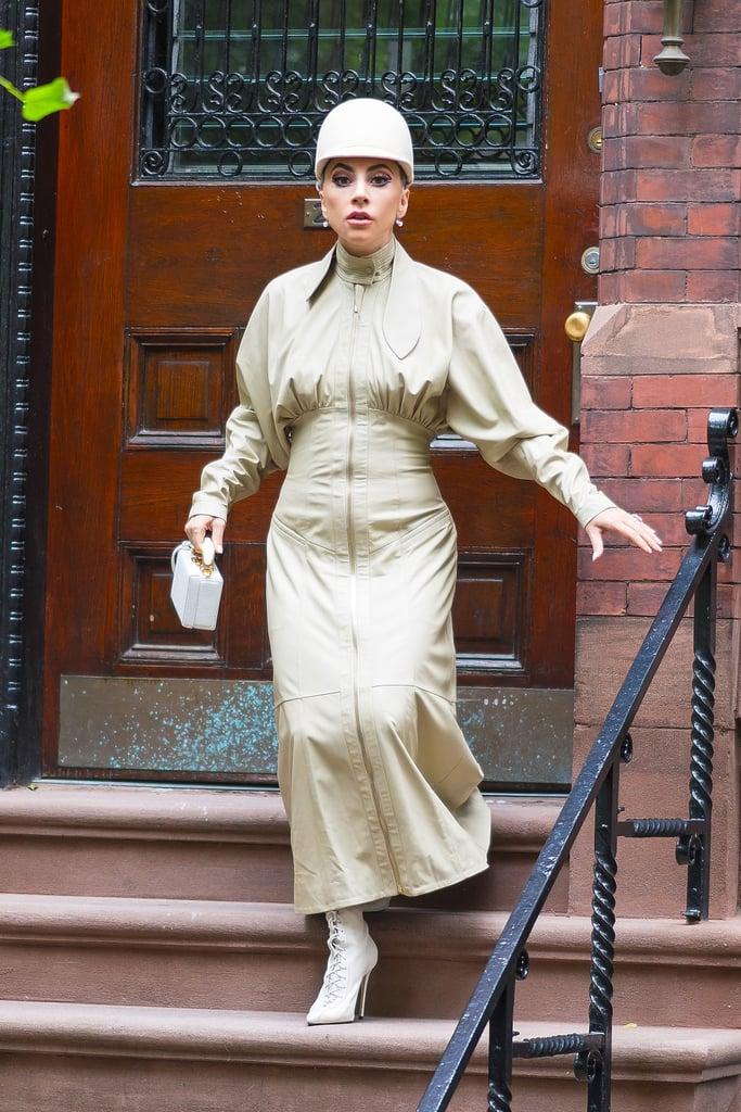 مرتديةً ثوباً من علامة Zimmermann مع جزمة من علامة Schutz، وحقيبة من تصميم مارك كروس.