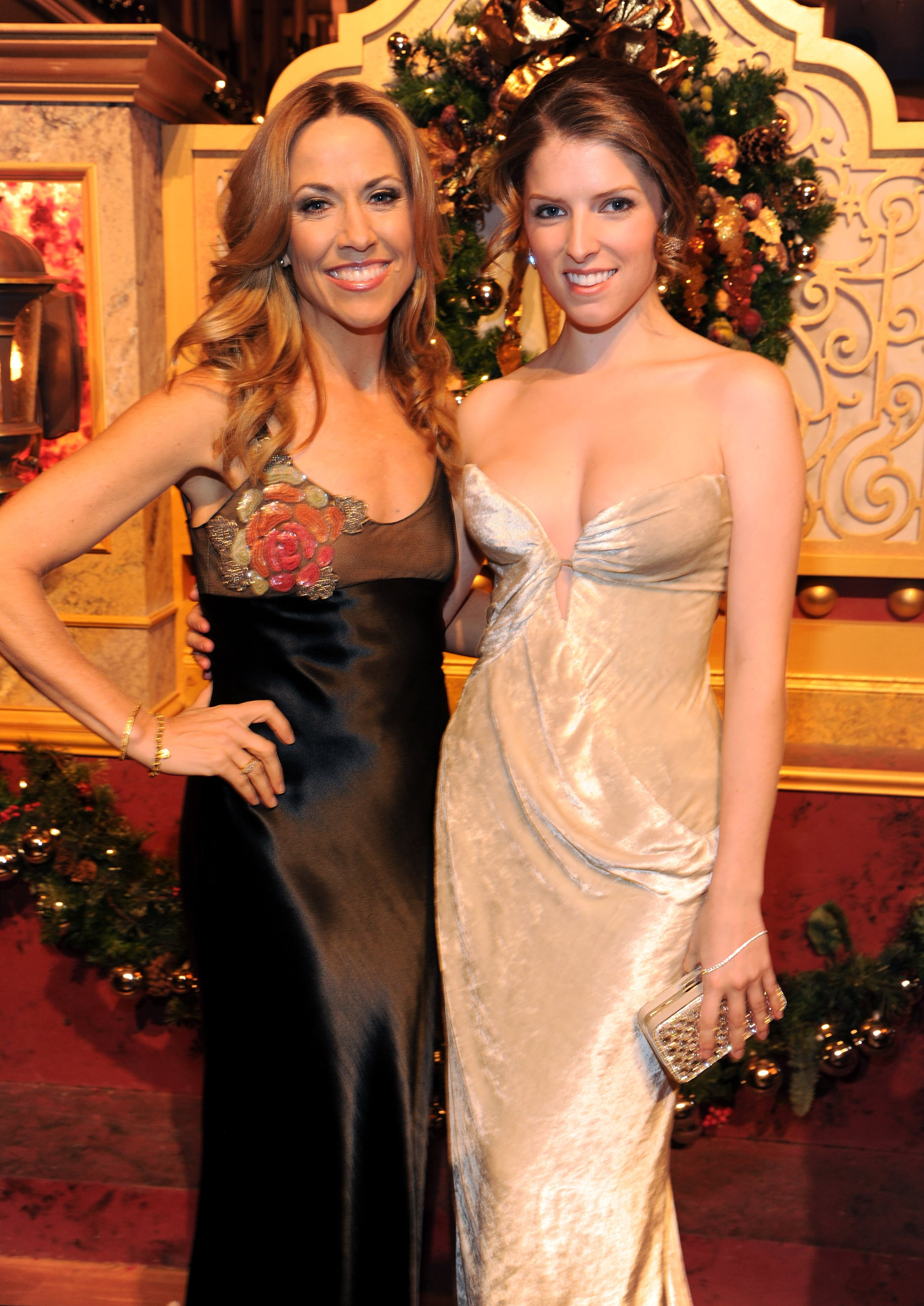 Anna Kendrick and Sheryl Crow both sang at TNT's Christmas in Washington special for President Barack Obama and other esteemed guests, but first, they posed for a gorgeous pic in Washington, DC.