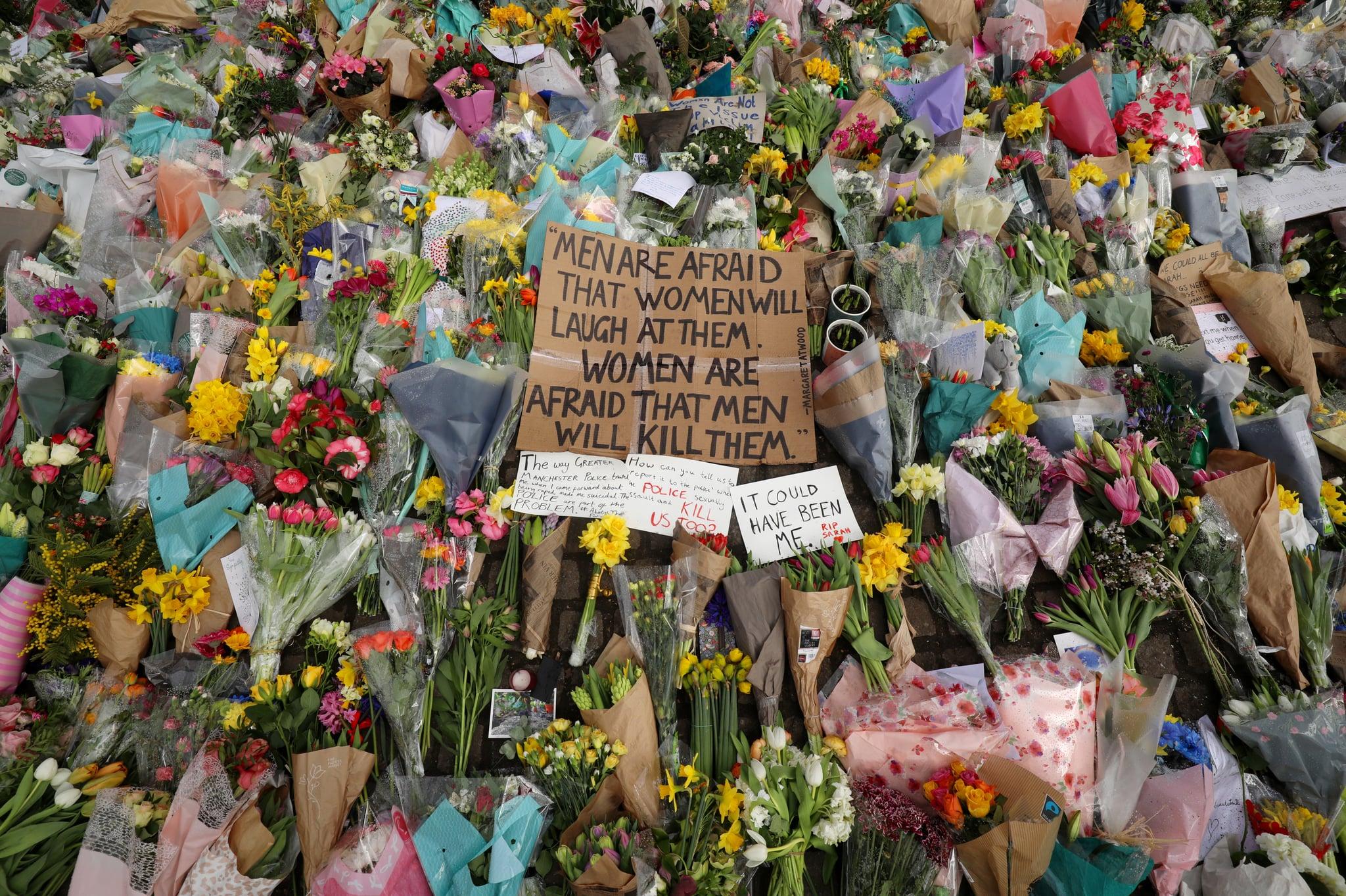 لندن ، انگلستان - 15 مارس: ادای احترام و پیام های گل به ادای احترام به سارا اورارد در Clapham Common در 15 مارس 2021 در لندن ، انگلیس.  صدها نفر شنبه شب در Clapham Common برای ادای احترام به سارا اورارد ، ساکن 33 ساله لندن که آدم ربایی و مرگ او - ادعا شده به دست یک افسر پلیس متروپولیتن خارج از وظیفه - ادای احترام کرد ، موجی از نگرانی را ایجاد کرد ایمنی زنان  همین نیروی پلیس به دلیل واکنش به مواظبت مورد انتقاد قرار می گیرد ، جایی که آنها چندین شرکت کننده را به دلیل نقض قوانین مربوط به دوره های همه گیری در اجتماعات عمومی به زور دستگیر کردند.  (عکس از دن کیتوود / گتی ایماژ)