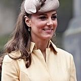 """أثناء حضورها لمراسم ثيستل عام 2012، أضافت الدوقة على زيّها قبعة Whiteley Cappucino من علامة """"وايتلي""""."""