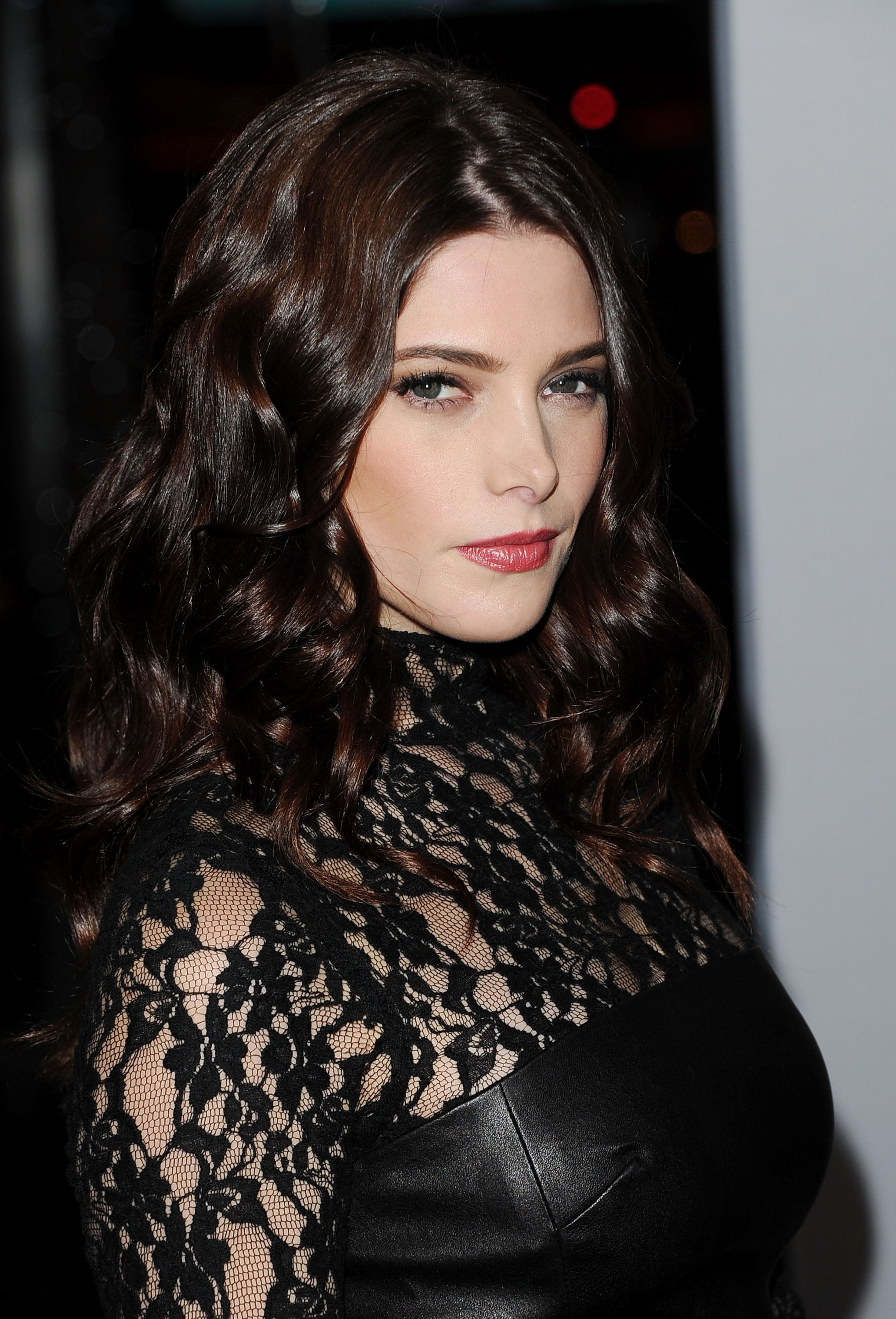 Ashley Greene wore her hair curly for the People's Choice Awards.