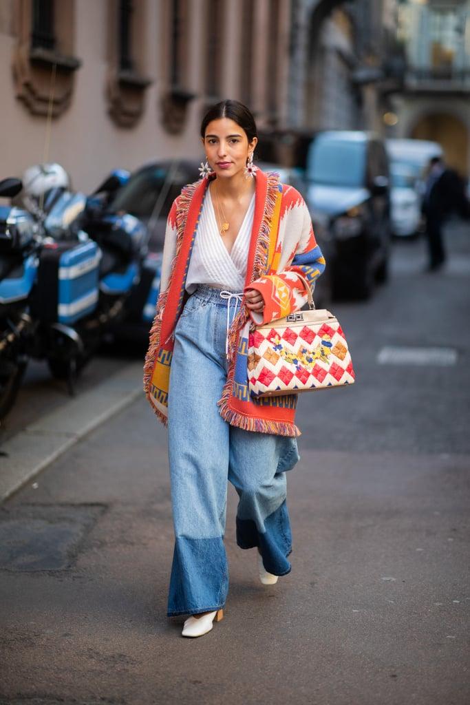 امنحي بنطال الجينز واسع السّاق لمسة بوهيميّة رائعة عبر ارتدائه مع معطف مجمّل بطبعة جذّابة