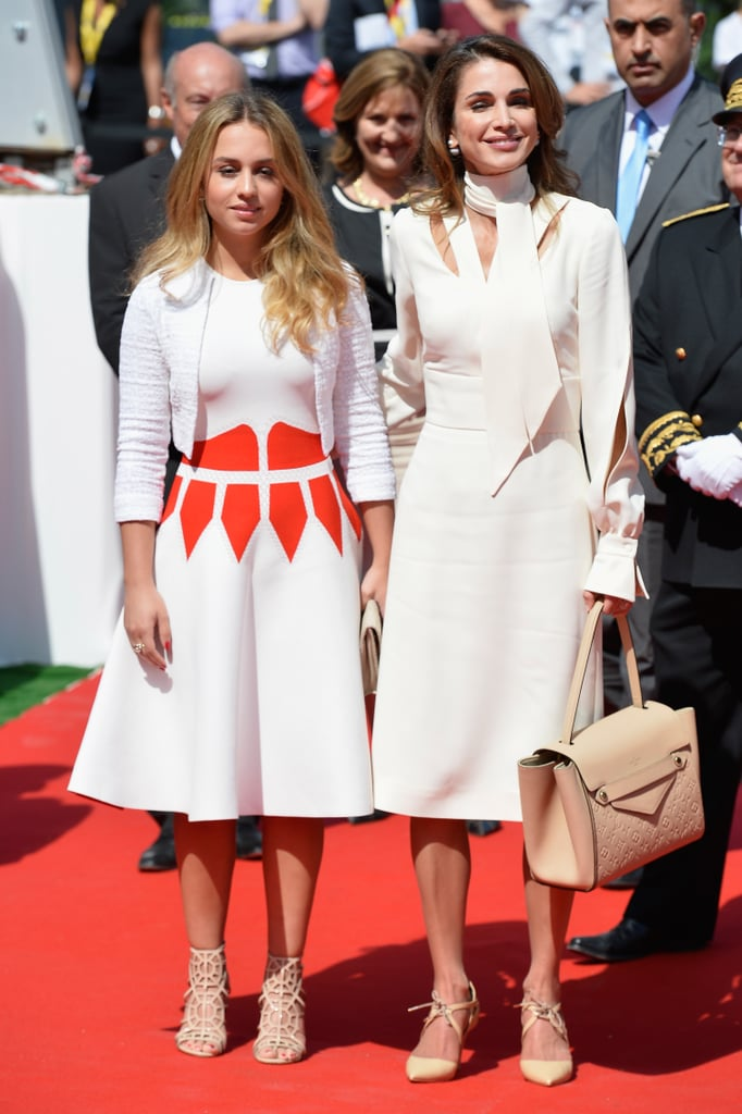 إيمان وهي ترتدي صندلاً قفصياً يتناسق مع نقوش فستانها الرسومية
