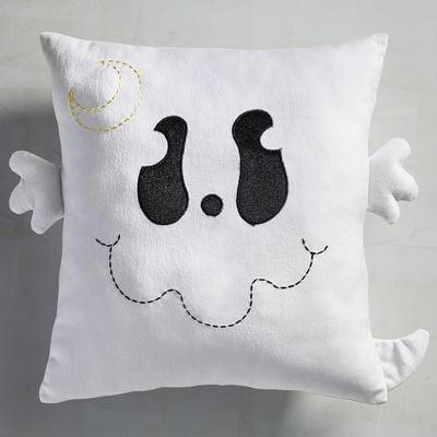 وسادة بتصميم الشبح Scary Friends Ghost من Pier 1 Imports (بسعر 19.95$ دولار أمريكيّ؛ 74 درهم إماراتيّ؛ ريال سعودي)