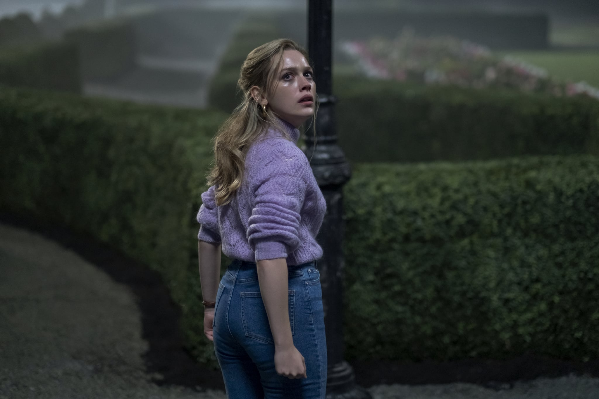 THE HAUNTING OF BLY MANOR (L to R) VICTORIA PEDRETTI as DANI in THE HAUNTING OF BLY MANOR Cr. EIKE SCHROTER/NETFLIX  2020