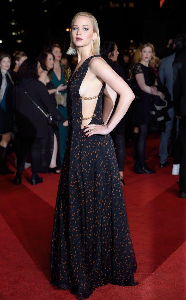 وكشفت جين عن الناحية الجانبية من صدرها بهذا الفستان الراقي ذو السلاسل من ديور في العرض الأول بالمملكة المتحدة للجزء 2 من فيلم ذا هنغر غيمز: موكينغ جاي.