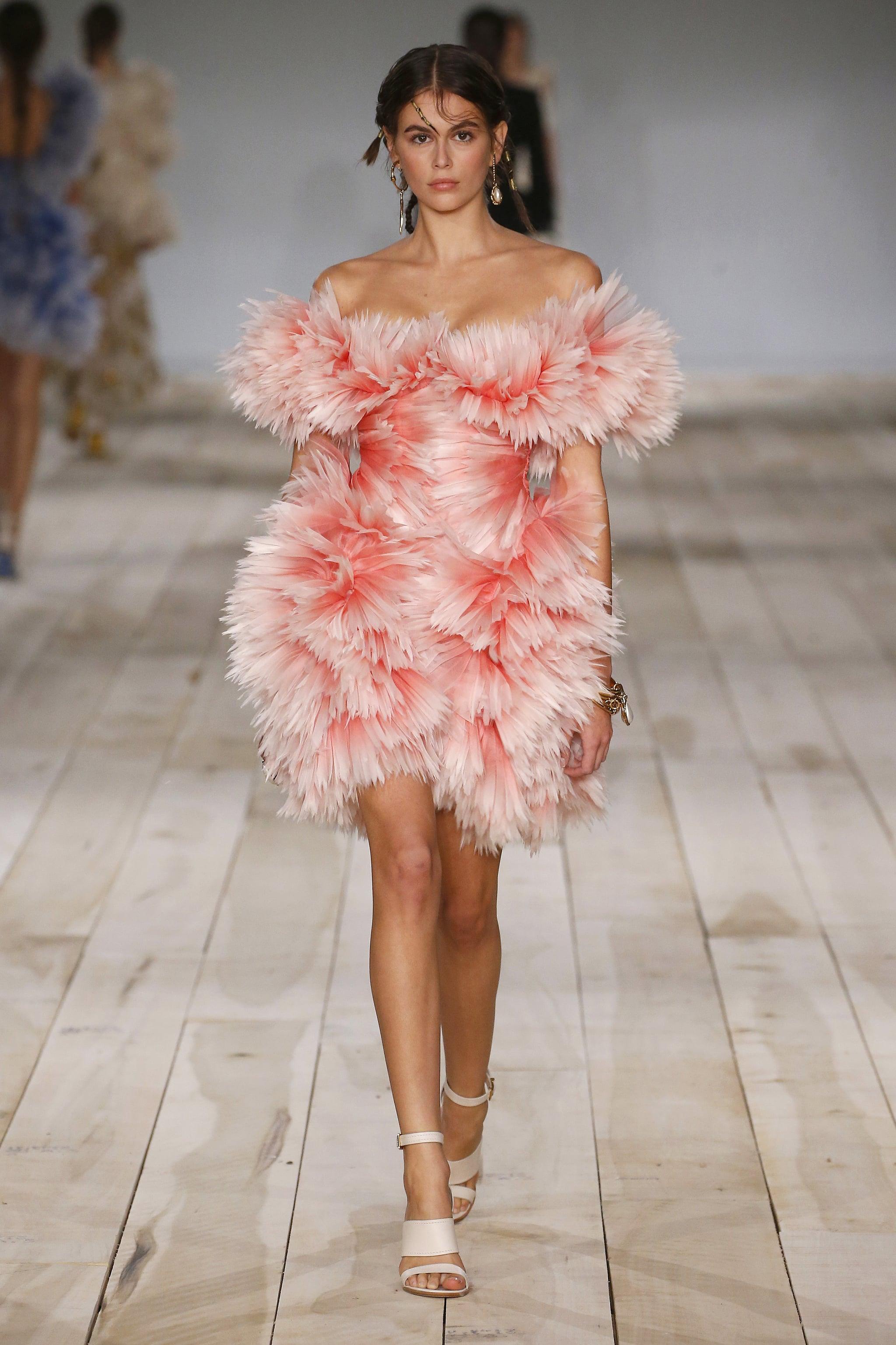 پاریس ، فرانسه - 30 سپتامبر: مدل کایا گربر هنگام نمایش بهار / تابستان 2020 لباس زنانه الکساندر مک کوئین به عنوان بخشی از هفته مد پاریس در 30 سپتامبر 2019 در پاریس ، فرانسه در باند پرواز می رود.  (عکس از استروپ / گتی ایماژ)