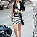 تركت جيجي السترة الصوفيّة تتدلى على كتفيها وارتدت ثوباً مخطّطاً وحذاء كونفيرس في نيويورك عام 2014.