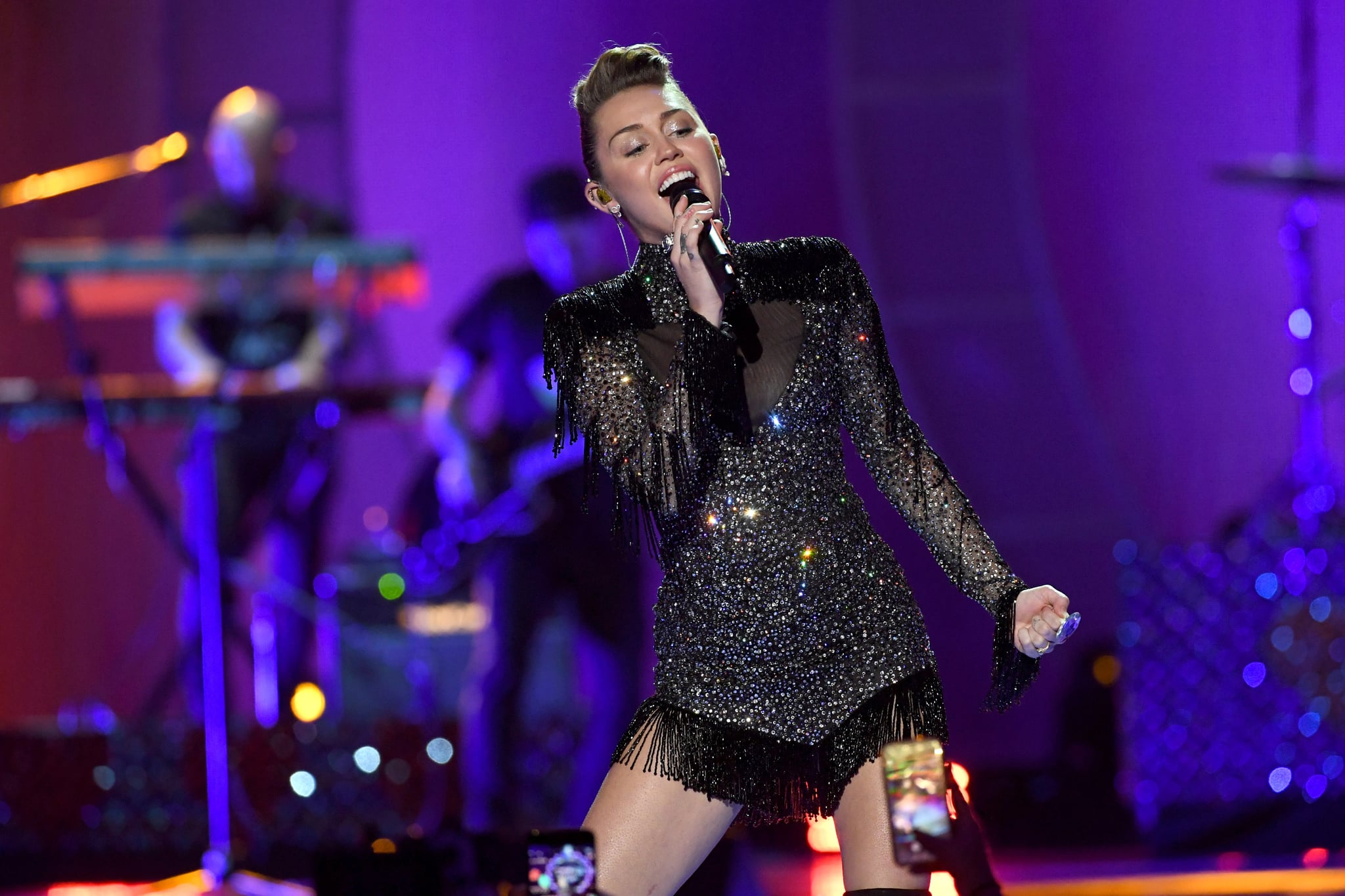 Miley Cyrus duets with dad at album launch