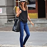 From the panama hat right down to flat sandals, Miranda Kerr has just what it takes to give skinny denim a Summer twist.