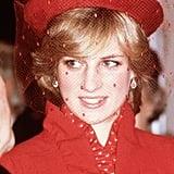 الأميرة ديانا تُطلّ بقبعة قرمزيّة من تصميم جون بويد خلال إحيائها لمراسم خدمة الترانيم في كاتدرائية غلدفورد عام 1981.