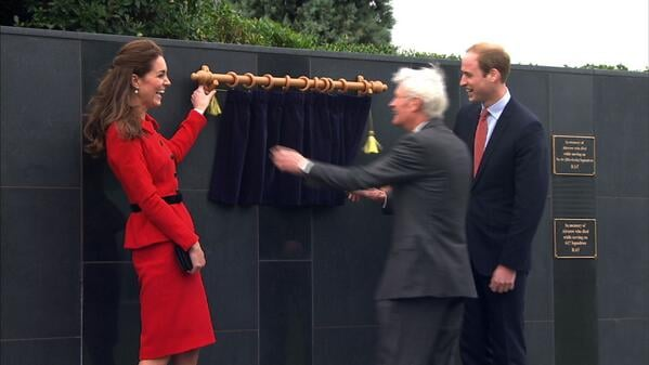 Kate and William laughed when the curtains on their new plaque got stuck during an unveiling in Christchurch, New Zealand. Source: Twitter user SkyNewsCam