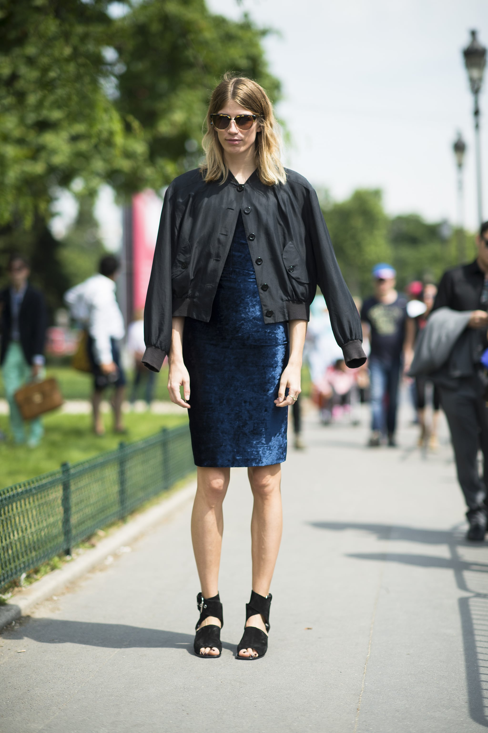 Rather than reaching for another black dress, this showgoer broke things up with a midnight blue option. Source: Le 21ème | Adam Katz Sinding