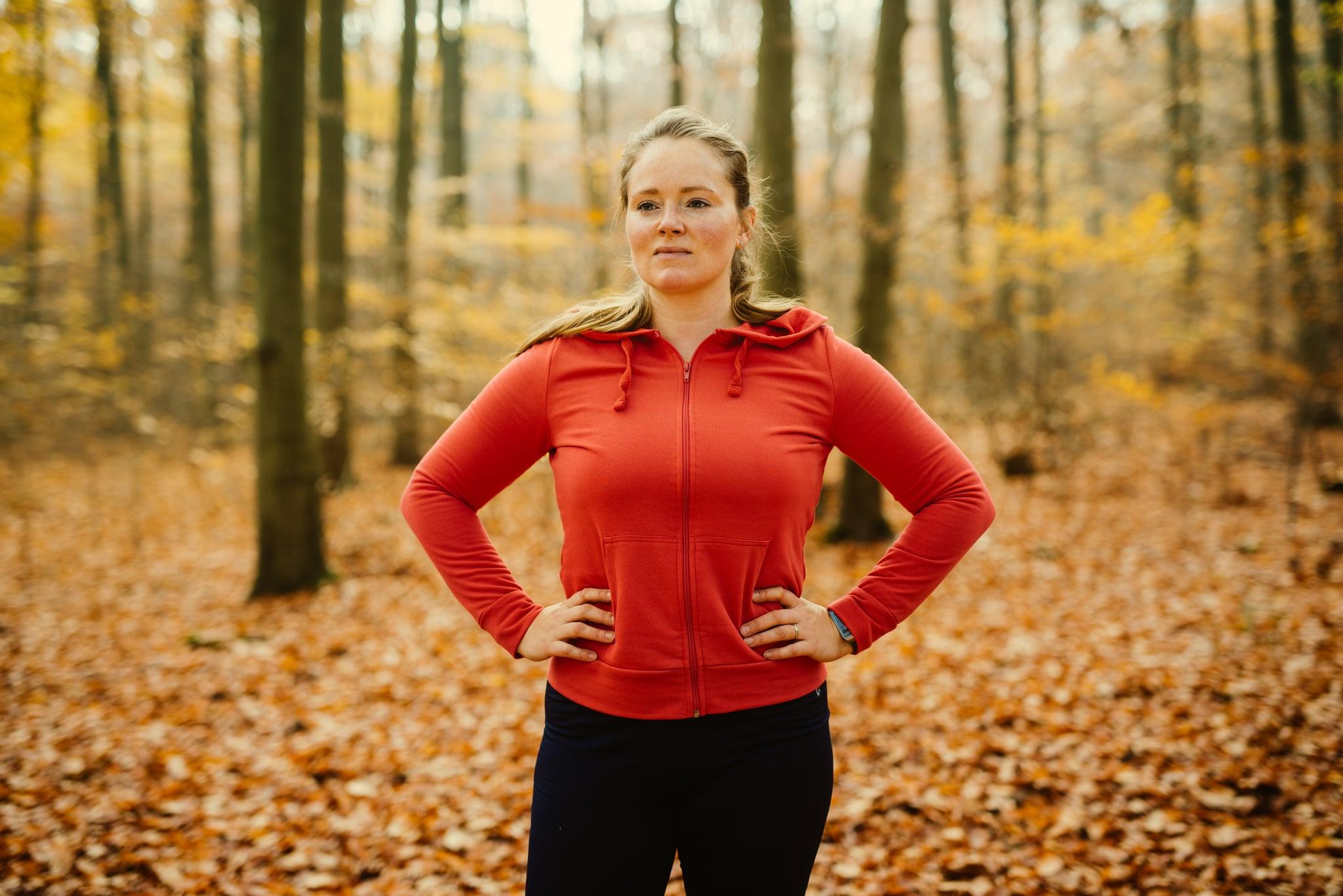 Portrait d'une femme blonde fière après avoir exécuté l'exercice.