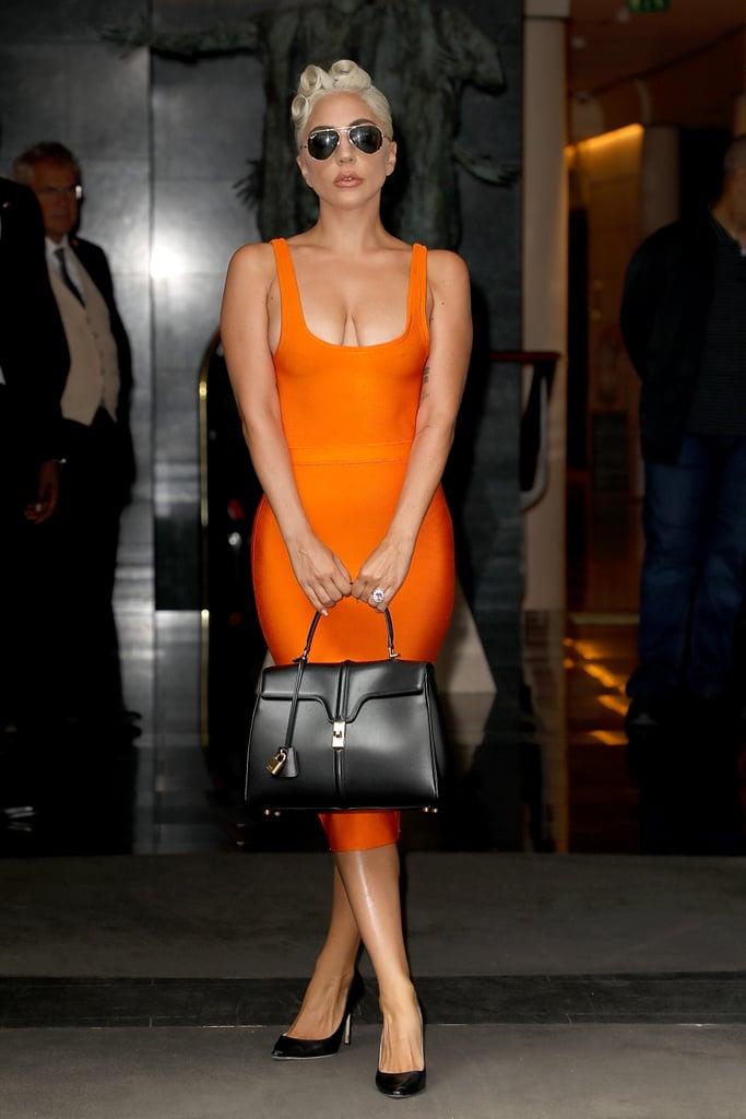 مرتديةً فستاناً من House of CB مع حقيبة يد من علامة سيلين، وحذاء كعب عالٍ من تصميم جيمي تشو.