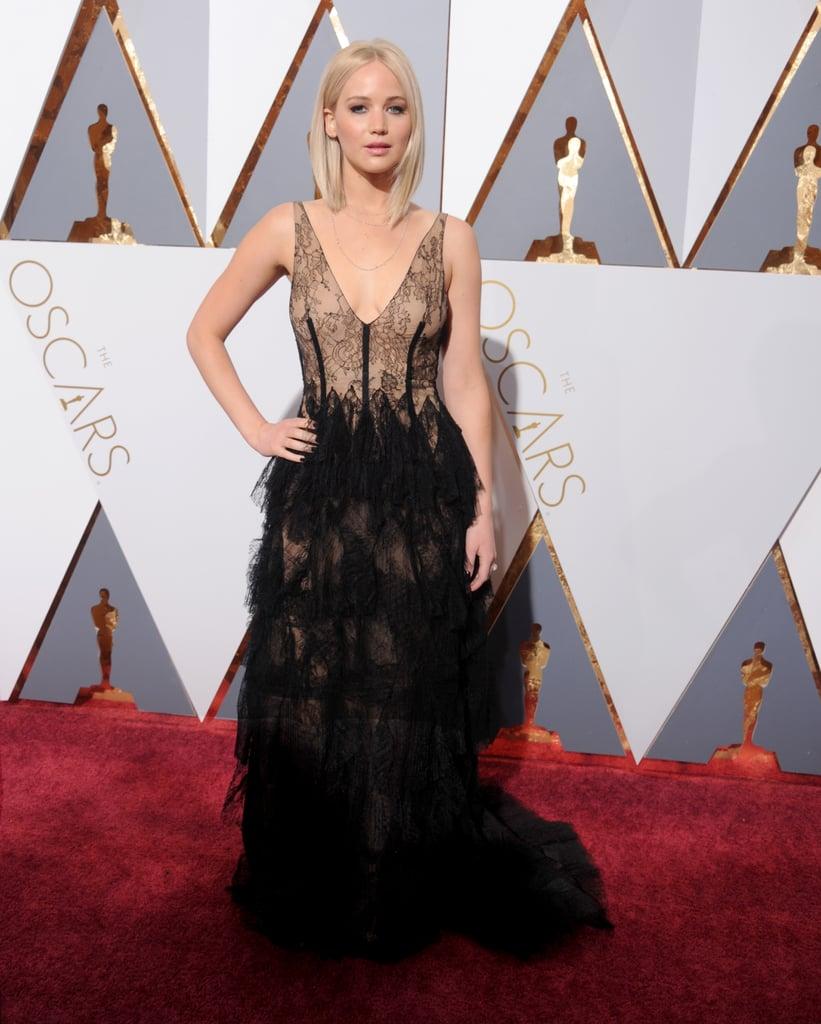 أما ثوب جينيفر في حفل تسليم جوائز الأوسكار لعام 2016 فكان يتألف من طبقات الدانتيل التي تمتد متوسعة في ذيل طويل من تصميم ديور كوتور. واكتمل جمال زيّها بمجوهرات شوبارد وأحذية مانولو بلانيك.