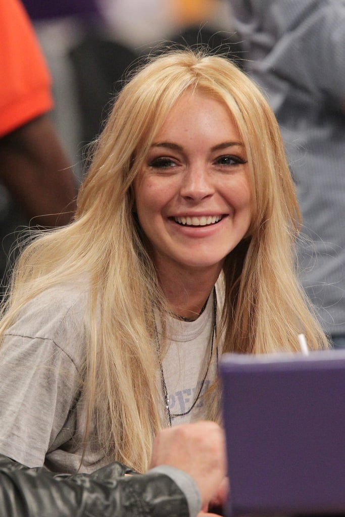 Lindsay Lohan watched the Knicks play the Lakers at the Staples Center in LA last night. She was full of smiles throughout the game, where she struck up conversation with fellow Knicks supporter Spike Lee. Lindsay sat next to jeweller Pascal Mouawad, who gave her a $25,000 necklace on her release from rehab. She's reportedly been seeking the advice of sober star Tom Hardy since leaving rehab earlier this month — Tom's been sober since 2003 after suffering his own alcoholism and addiction problems, and enjoyed a Lakers game last week with friends.