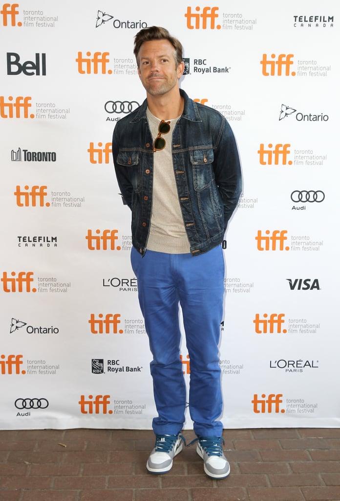 Jason Sudeikis wore bright blue pants.