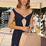 The structured boxy nude tote matched the neutral-toned keyhole of her Jil Sander dress.