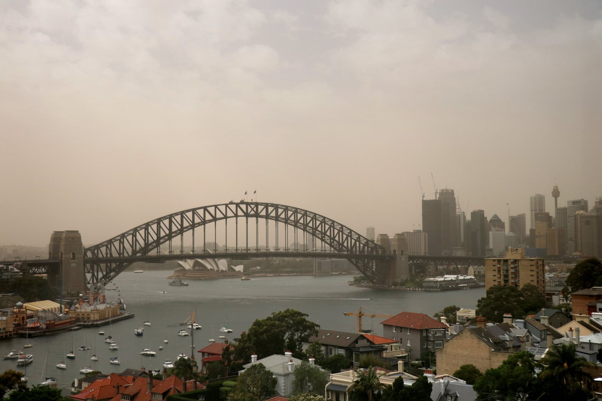 SYDNEY, AUSTRALIA - NOVEMBER 22:  The Sydney Harbour Bridge is seen as a dust storm begins to roll into Sydney on November 22, 2018 in Sydney, Australia. The State Government has issued an air quality warning as a dust storm that blanketed parts of regional NSW reached the outskirts of Sydney this morning.  (Photo by Matt Blyth/Getty Images)