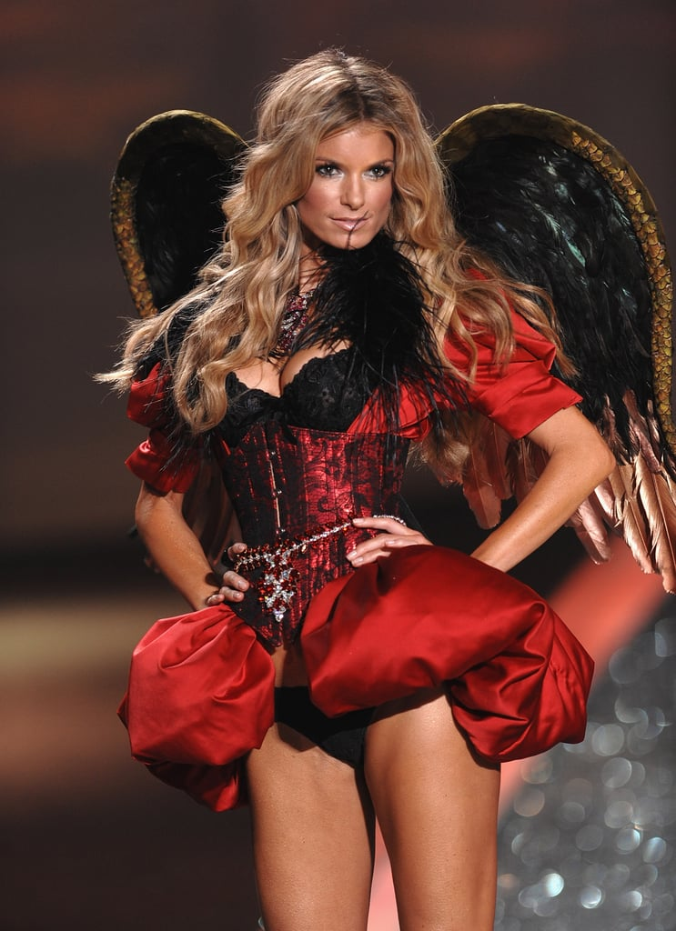 Heidi is Back on the Runway for the 2009 Victoria's Secret Fashion Show