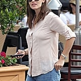 Jennifer Garner wore a light pink top and jeans.
