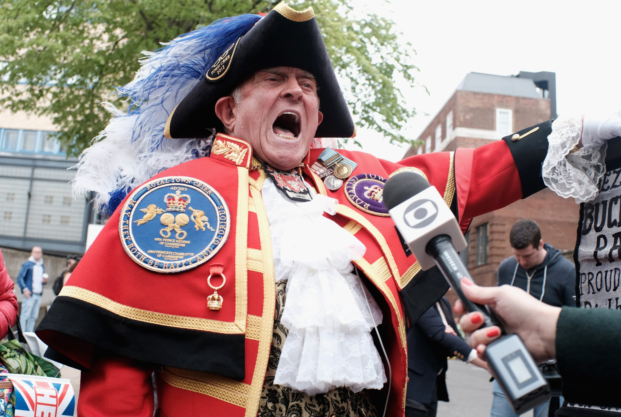 LONDON, ENGLAND - APRIL 23:  A Town Crier makes the announcement that Catherine, Duchess of Cambridge has given birth to a baby boy, outside the Lindo Wing at St Mary's Hospital on April 23, 2018 in London, England. The Duchess safely delivered a son at 11:01 am, weighing 8lbs 7oz, who will be fifth in line to the throne.  (Photo by Mike Marsland/ WireImage)