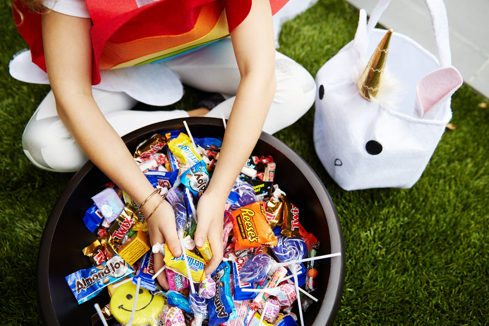 PopsugarMomsHalloweenPeanut-Free Halloween Candy For Kids With AllergiesThese Popular Halloween Candies Are Peanut-Free For Kids With AllergiesOctober 8, 2017 by Alessia Santoro371 SharesChat with us on Facebook Messenger. Learn what's trending across POPSUGAR.In the last decade or so, it seems as though the number of children with peanut allergies has skyrocketed, leading to schools banning popular lunch items like peanut butter and causing an increase for general concern, especially around Halloween, when the chance of a child with an allergy consuming a piece of candy with peanuts in it is high.Because the holiday can be so treacherous for a child with allergies and their parents, initiatives like the Teal Pumpkin Project — a campaign raising awareness for food allergies by encouraging homes to put out a teal pumpkin to alert trick-or-treaters to the fact that they have nonfood treats to give out on Halloween — are trying to create safer, happier environments for kids with allergies.Related:A Mother's - 웹