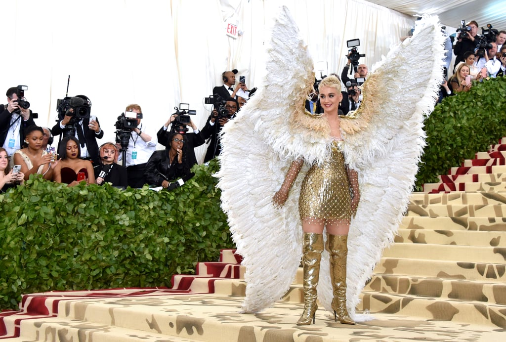robe dorée à plumes Katy Perry avec bottes au genou