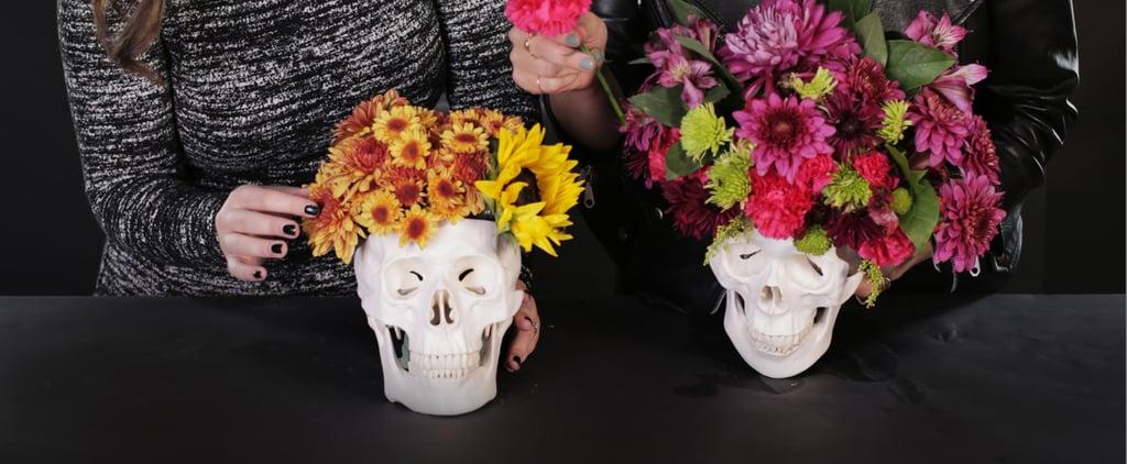 تنسيق باقة زهور في وعاء على شكل جمجمة