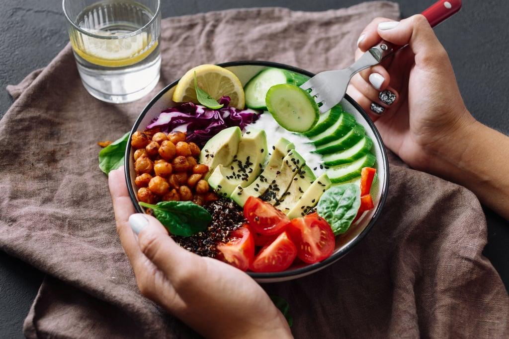 كيف تتجنبين الإفراط في تناول الطعام عند اتباع نظام الصيام ال