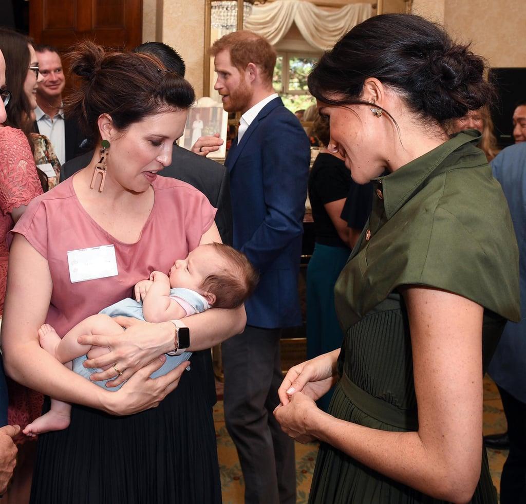 ميغان ماركل تلتقي بطفلة رضيعة في شهر أكتوبر 2018