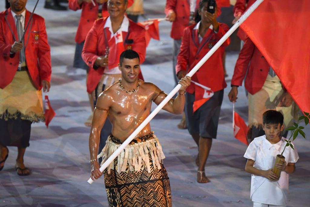 أولمبياد-صيف-2016-حامل-راية-تونغا-المثير-في-حفل-افتتاح-الأول
