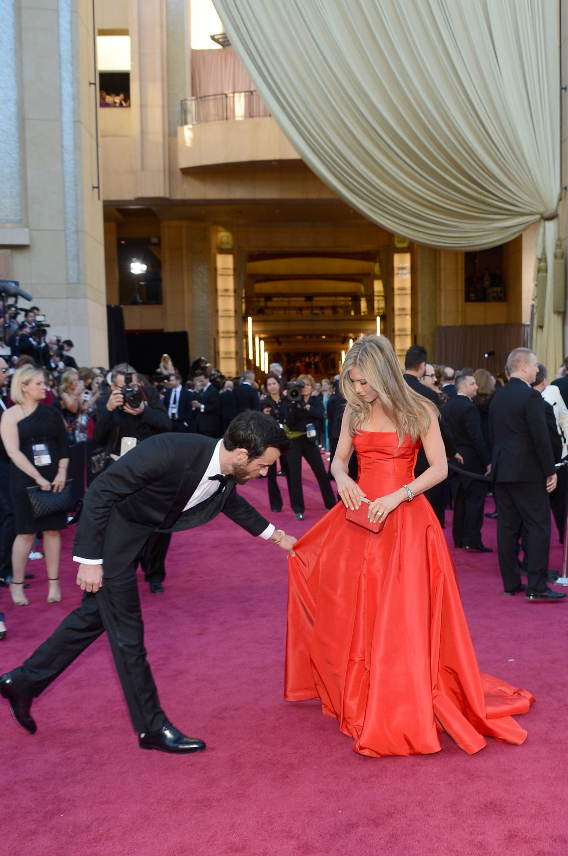 Justin Theroux was quite a gentleman, adjusting Jennifer Aniston's Valentino gown.