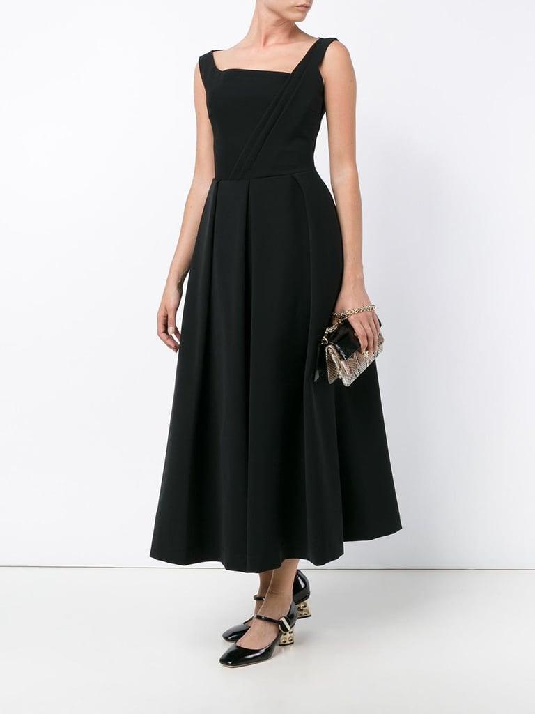 فستان أسود حريري متوسّط الطول بكسرات أنيقة من علامة Thornton Bregazzi (1,715$ دولار أمريكي، 6298.85 درهم إماراتي/ريال سعودي).