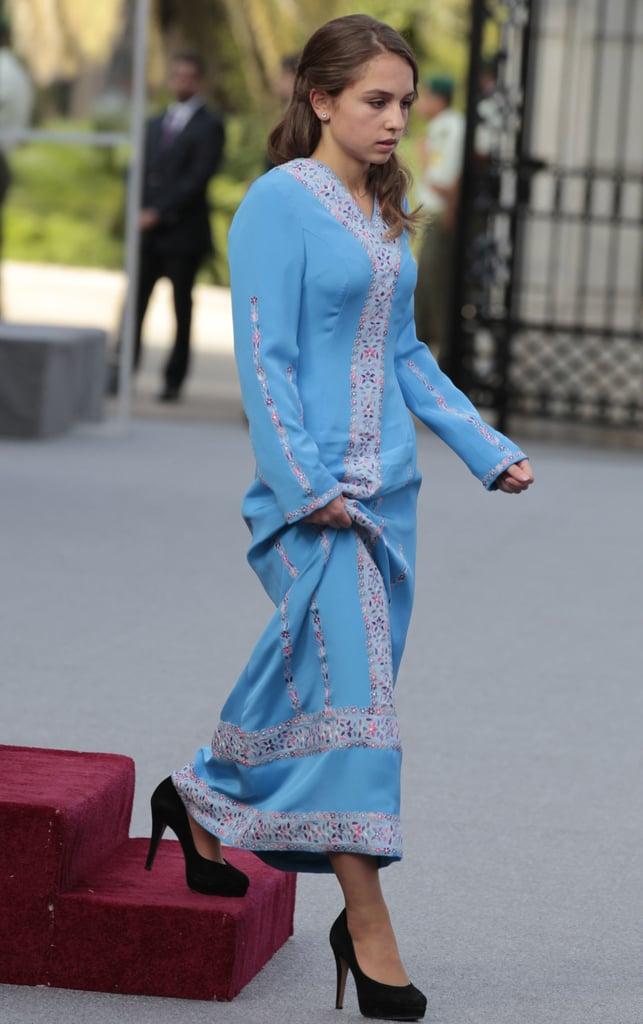 نجحت في ترقية هذا الثوب الأزرق المزركش مع حذاء الكعب العالي الكلاسيكي