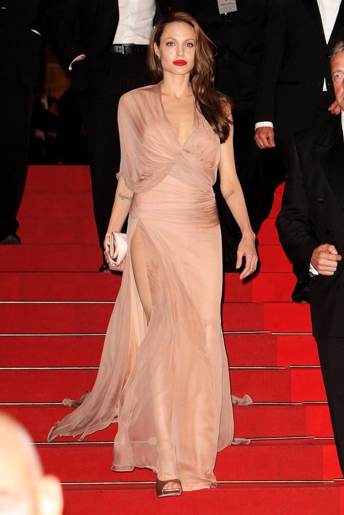 ... Das Hochzeitskleid von Angelina Jolie  POPSUGAR Deutschland Photo 11