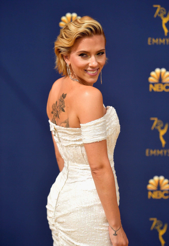Scarlett Johansson S Blond Hair At 2018 Emmys Popsugar Beauty