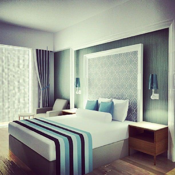 جرّبي تأطير شيء من ورق الجّدران أو قطعة قماش لتحصلي على  قطعة فنيّة مدمجة مع لوح السرير الرأسيّ. Source: Instagram user damladamish