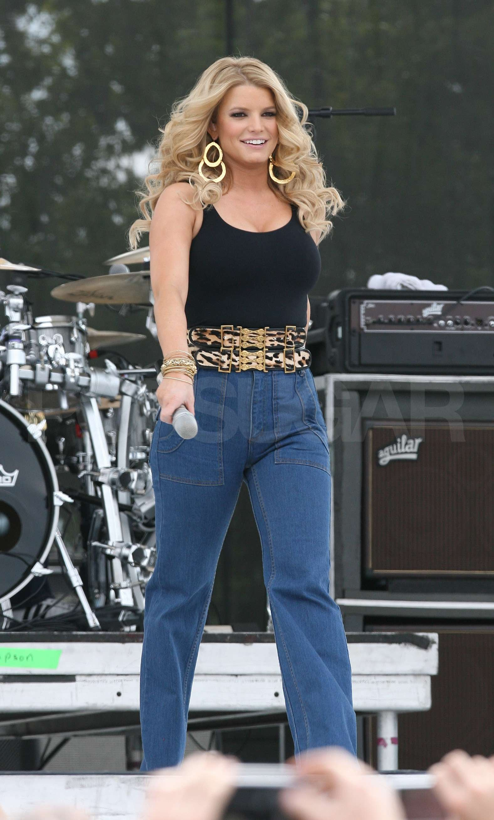 Dallas Auto Show >> Jessica Simpson Hikes Up Her Jeans and Sings For Chili ...